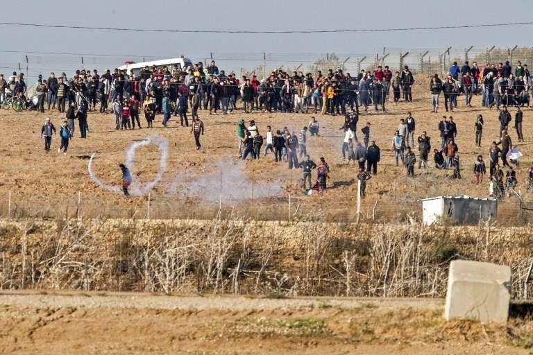 Los árabes de Gaza atacan a los soldados de las FDI a lo largo de la frontera entre Israel y Gaza el 8 de diciembre de 2017. (AFP Photo / Jack Guez)