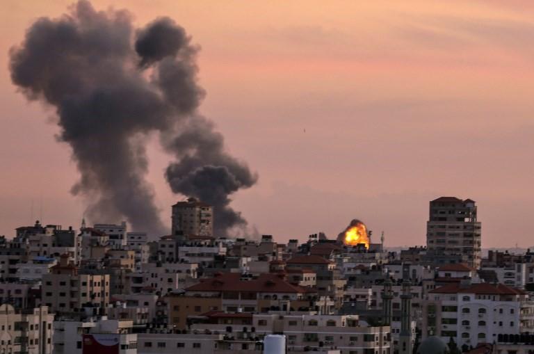 El humo se desplaza desde una posición de la Jihad Islámica cerca de la ciudad de Gaza después de que un avión israelí los bombardeó el 30 de noviembre de 2017, en represalia por un ataque con mortero que atacó a las tropas israelíes al noreste de la Franja de Gaza más temprano en el día. (Mahmud Hams / AFP)