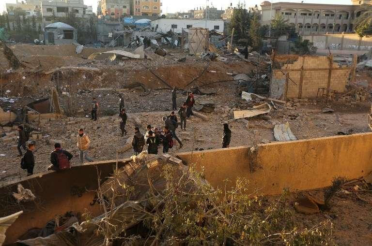 Árabes observan el daño en una instalación terrorista de Hamas a principios del 9 de diciembre de 2017, después de un ataque aéreo israelí de represalia por el lanzamiento de cohetes desde Gaza a Israel, en Beit Lahia, en el norte de la Franja de Gaza. (AFP PHOTO / MAHMUD HAMS)