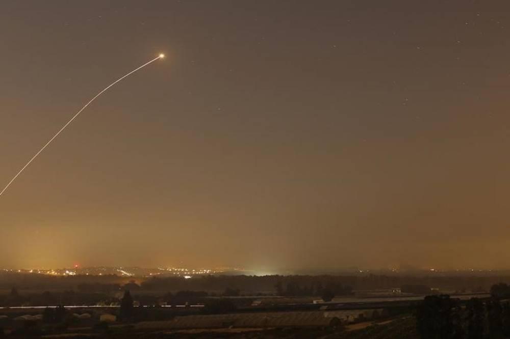Imagen ilustrativa | Se observa una intercepción del sistema antimisiles Cúpula de Hierro cuando se lanzan cohetes desde Gaza hacia Israel antes de que expire un alto al fuego de 72 horas. Foto: Reuters