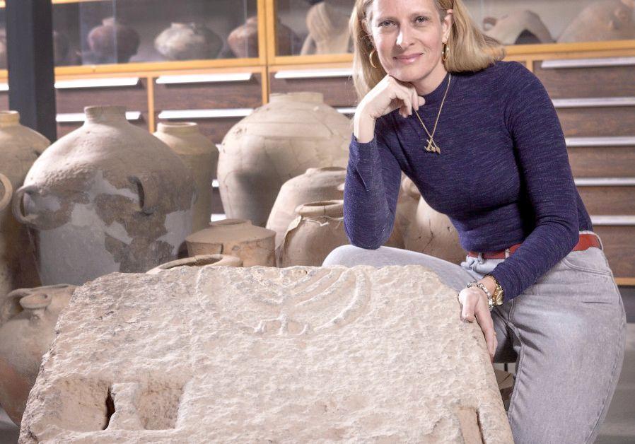 La Dra. Katya Citrin-Salberman posa con la piedra decorada con una menorah de siete brazos (crédito: Tal Rogosky)