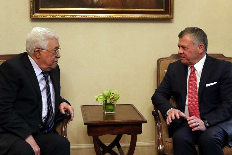 El Rey de Jordania Abdullah II (R) se reúne con el Presidente de la Autoridad Palestina Mahmoud Abbas en el Palacio Real de Ammán el 7 de diciembre de 2017. (AFP / Khalil Mazraawi)