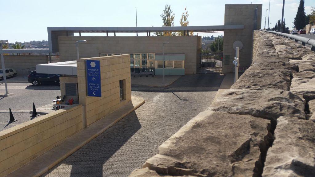 El consulado de los Estados Unidos en el barrio de Talpiot en Jerusalém, junto a un posible sitio para la Embajada de los Estados Unidos (Raphael Ahren / Times of Israel)
