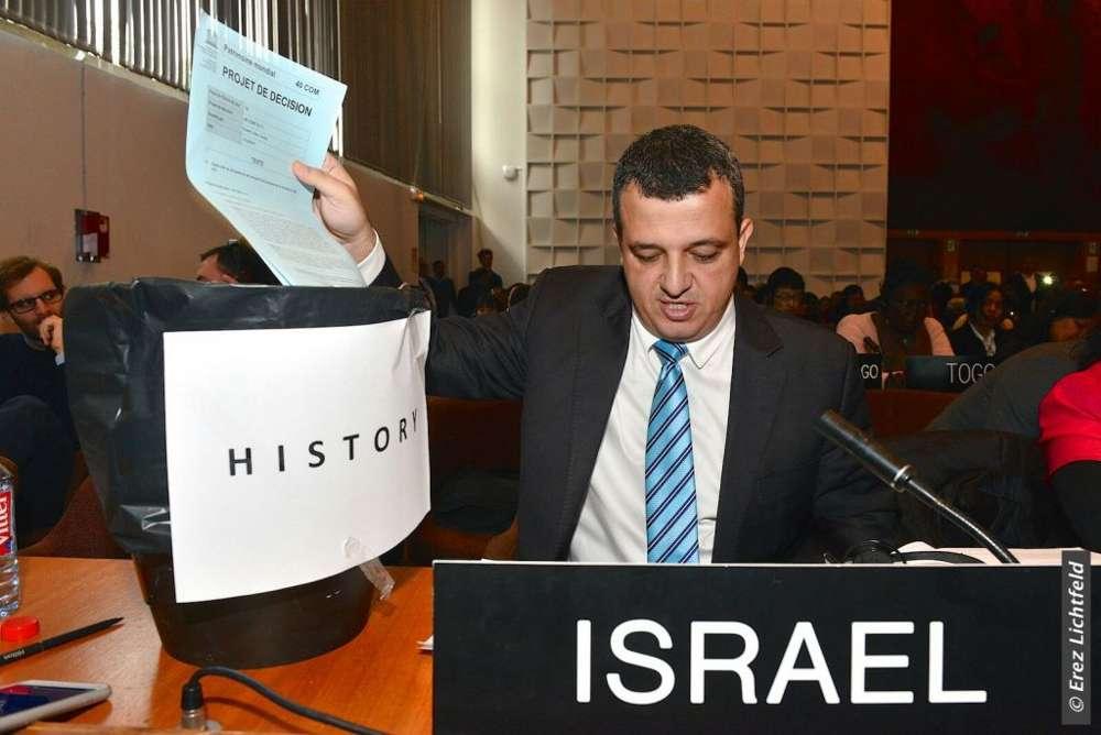 El embajador de Israel en la UNESCO, Carmel Shama-Hacohen, arroja a la basura una copia de la resolución del día sobre Jerusalém