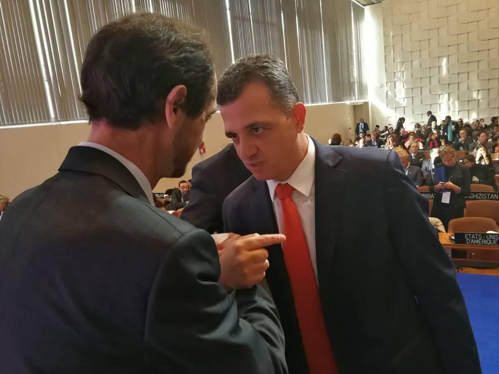El embajador de Israel en la UNESCO Carmel Shama-Hacohen, derecha, discute con un diplomático palestino durante la Conferencia General de la agencia en París, noviembre de 2017 (cortesía)