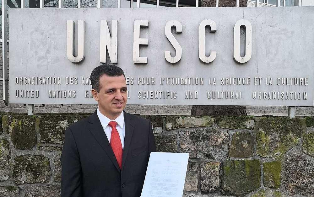 El enviado de Israel a la UNESCO, Carmel Shama-Hacohen, intenta entregar documentos oficiales anunciando la retirada de Israel de la organización cultural, 28 de diciembre de 2017. (Cortesía)