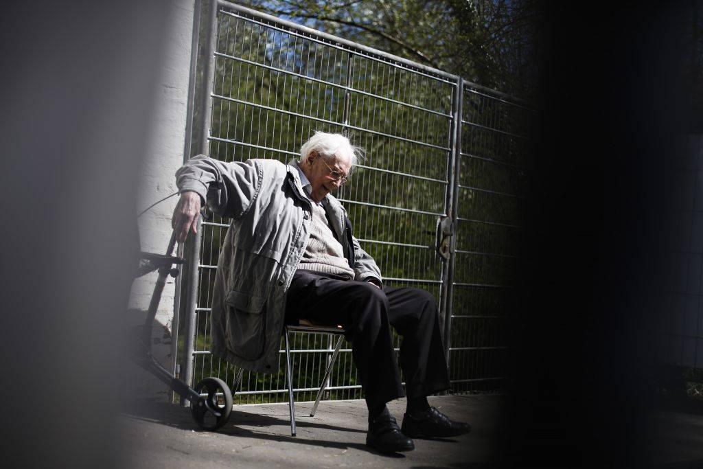 El ex guardia de las SS Oskar Groening se sienta detrás de una valla durante un descanso en el juicio contra él en Lueneburg, norte de Alemania, el martes 21 de abril de 2015. (Crédito de la foto: Markus Schreiber / AP)