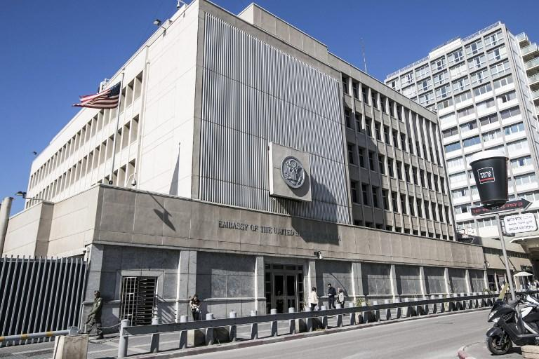 Esta foto de archivo tomada el 20 de enero de 2017 muestra el exterior del edificio de la Embajada de los EE.UU. en la ciudad costera israelí de Tel Aviv. (AFP / JACK GUEZ)