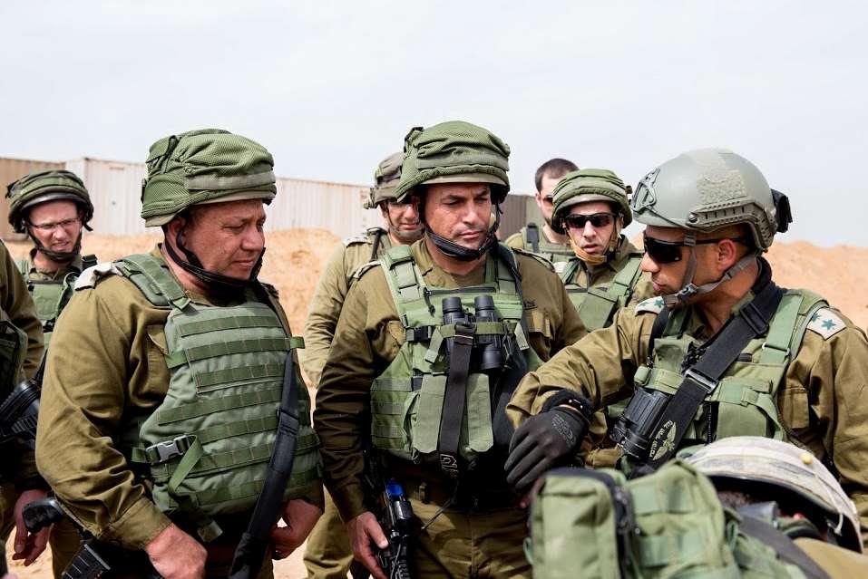 El jefe de personal de las FDI, Gadi Eisenkot, a la izquierda, y el jefe del Comando Sur, mayor general Eyal Zamir, inspeccionan un túnel del terror descubierto recientemente, que fue excavado por terroristas de Hamas desde la Franja de Gaza hacia el sur de Israel, el 18 de abril de 2016. (Fuerzas de Defensa de Israel)