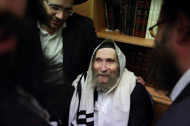 El líder haredi, el rabino Aharon Leib Shteinman, visto en su casa, en Bnei Brak. 22 de enero de 2015. (Yaakov Naumi / Flash 90)