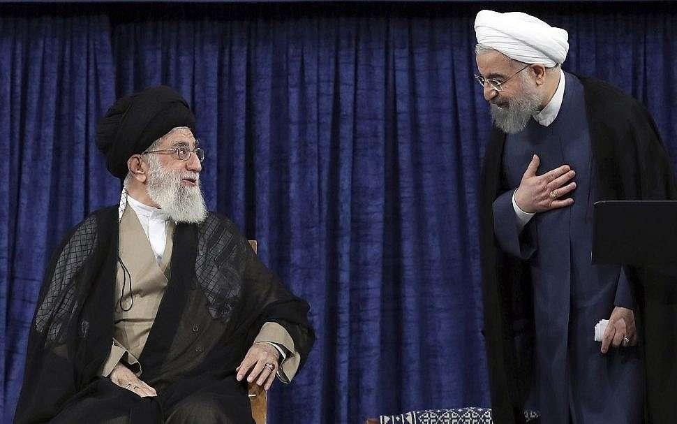 El líder supremo Ayatollah Ali Khamenei, a la izquierda, y el presidente Hassan Rouhan. (Oficina del Líder Supremo iraní a través de AP)