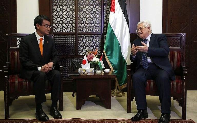 El ministro de Asuntos Exteriores japonés, Taro Kono (izq.), Se reúne con el presidente de la Autoridad Palestina, Mahmoud Abbas, en la ciudad de Ramallah el 25 de diciembre de 2017. (AFP Photo / Abbas Momani)