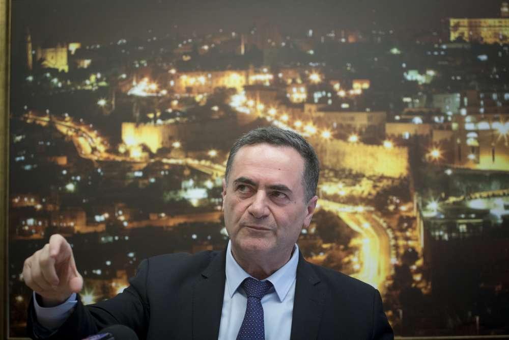 El ministro de Transporte Yisrael Katz en una conferencia de prensa el 5 de abril de 2017. (Miriam Alster / FLASH 90)