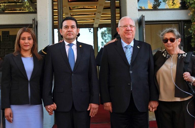 El presidente Reuven Rivlin (2 ° R) y su esposa Nehama (R), el presidente guatemalteco Jimmy Morales y su esposa Patricia Marroquin revisan una guardia de honor durante una ceremonia oficial de bienvenida en el complejo presidencial en Jerusalén, el 28 de noviembre de 2016. (AFP PHOTO / GIL COHEN-MAGEN)