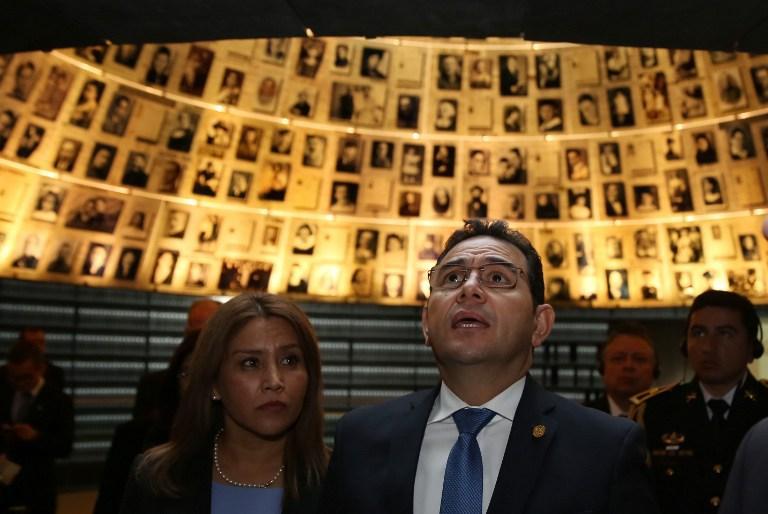 El presidente de Guatemala Jimmy Morales (R) y su esposa Gilda Marroquin visitan el Salón de los Nombres en el Memorial del Holocausto Yad Vashem en Jerusalém el 28 de noviembre de 2016. (AFP / Gali Tibbon)