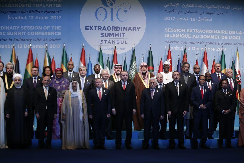 El presidente de Turquía, Recep Tayyip Erdogan, en el centro, flanqueado por otros líderes de la OIC posa para fotografías durante una sesión de fotos antes de la sesión de apertura de la Organización de Cooperación Islámica en Estambul, 13 de diciembre de 2017. (Lefteris Pitarakis / AP)