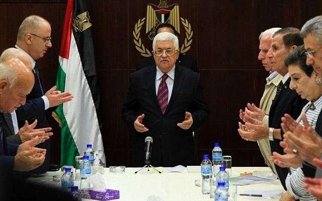 El presidente de la Autoridad Palestina, Mahmoud Abbas, asiste a una reunión del comité ejecutivo de la Organización para la Liberación de Palestina (OLP) en la ciudad de Ramallah, 22 de agosto de 2015 (Flash 90)
