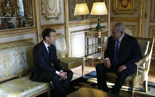 El presidente francés Emmanuel Macron (izq.) Habla con el primer ministro de Israel, Benjamin Netanyahu, antes de una reunión en el Palacio del Elíseo en París el 10 de diciembre de 2017. (AFP / Pool / Philippe Wojazer)