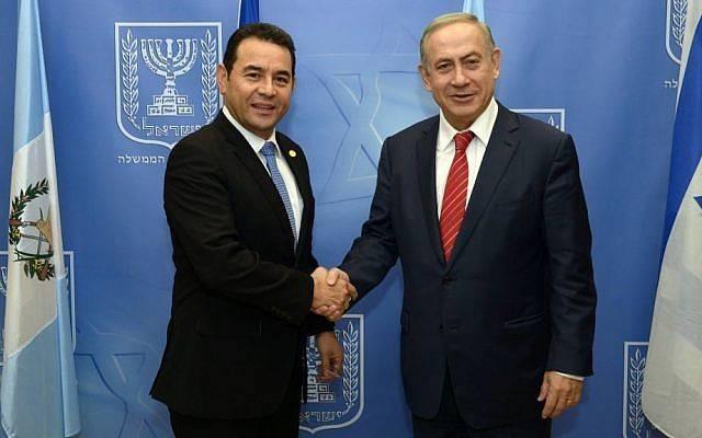 El primer ministro Benjamin Netanyahu (R) se reúne con el presidente guatemalteco Jimmy Morales (L) en Jerusalém el 29 de noviembre de 2016. (Haim Zach / GPO)