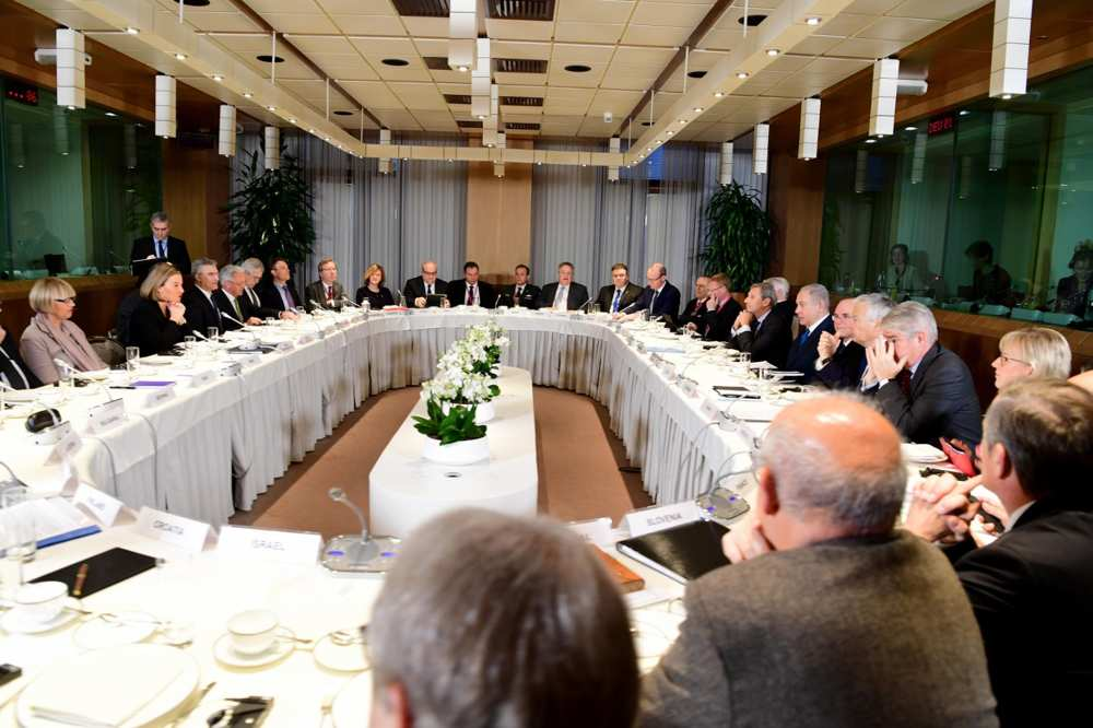 El primer ministro Benjamin Netanyahu desayuna con los ministros de Asuntos Exteriores de los países de la UE en Bruselas, el 11 de diciembre de 2017 (Avi Ohayon / GPO)
