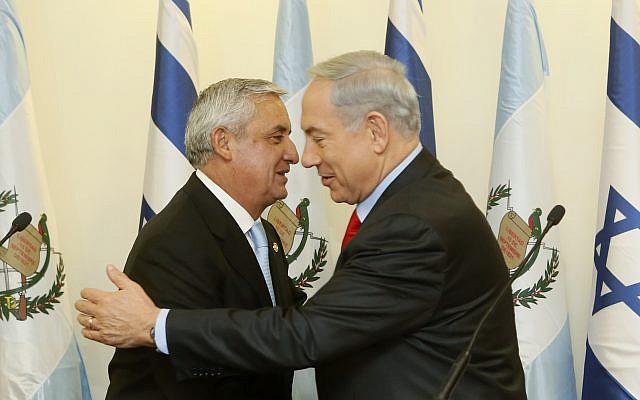 El primer ministro Benjamin Netanyahu y el presidente de Guatemala Otto Pérez Molina en la oficina de Netanyahu en Jerusalém. 9 de diciembre de 2013. (Miriam Alster / Flash 90)