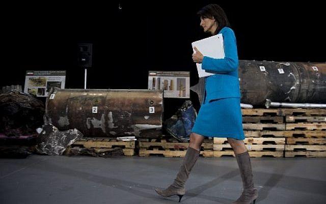La embajadora de los Estados Unidos ante las Naciones Unidas, Nikki Haley, señala segmentos de misiles previamente clasificados que dice que Irán violó la Resolución 2231 del Consejo de Seguridad al proporcionar armas a los rebeldes hutíes en Yemen durante una conferencia de prensa en la Base Conjunta Anacostia en Washington, DC, el 14 de diciembre , 2017. (AFP Photo / Jim Watson)