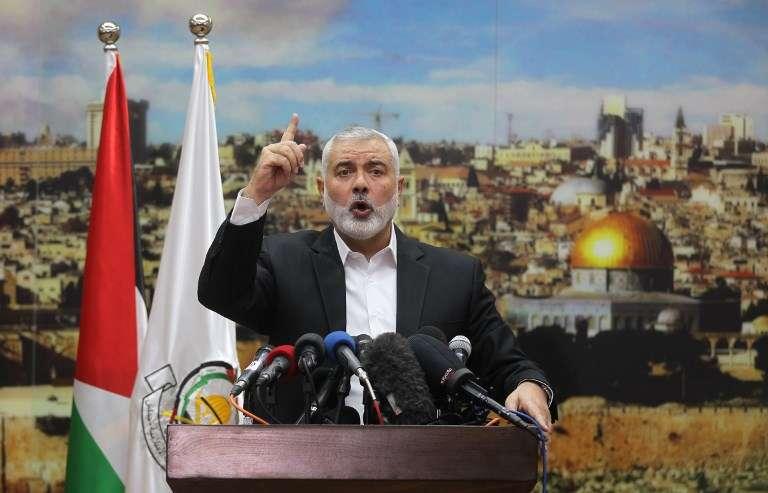 El líder de Hamas Ismail Haniyeh hace un gesto mientras pronuncia un discurso sobre la decisión del presidente estadounidense Donald Trump de reconocer a Jerusalém como la capital de Israel, en la ciudad de Gaza, el 7 de diciembre de 2017. (SAID KHATIB / AFP)