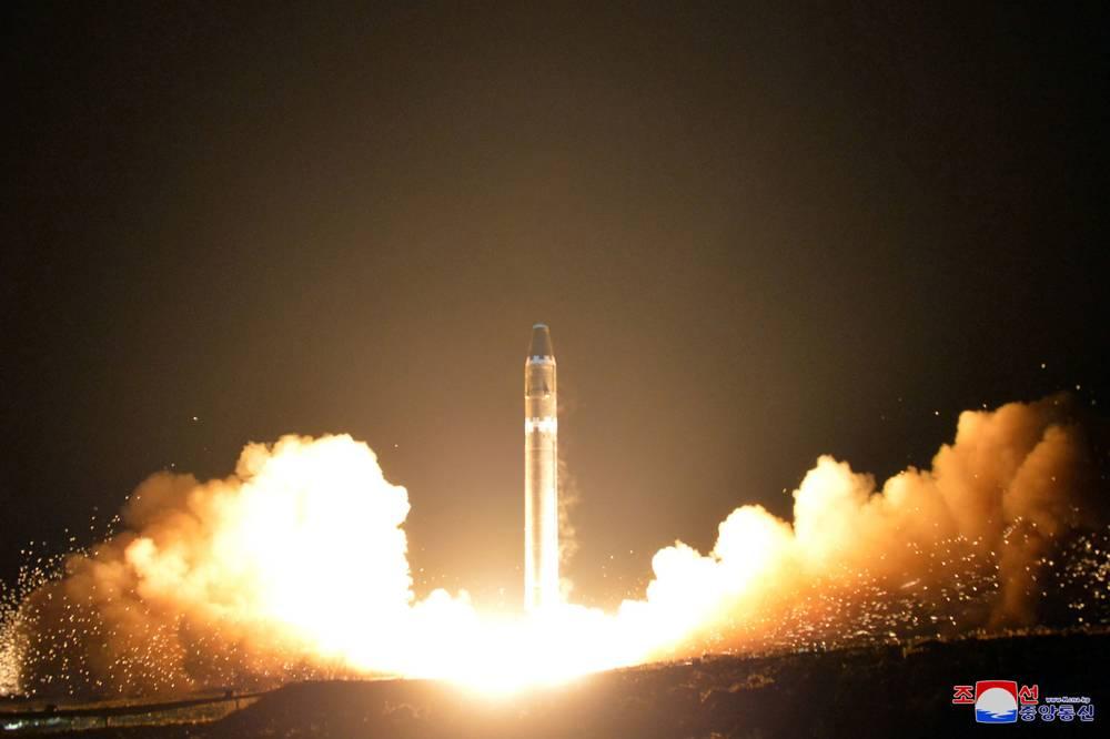 El misil balístico intercontinental Hwasong-15, en una ubicación no divulgada en Corea del Norte, el 29 de noviembre de 2017. (Imagen proporcionada por el gobierno de Corea del Norte, Agencia Central de Noticias de Corea / Servicio de Noticias de Corea vía AP)