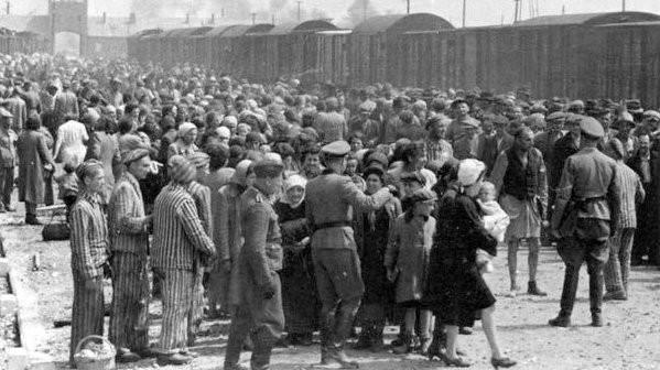 Judíos húngaros en la Judenrampe (rampa judía) después de desembarcar de los trenes de transporte en Auschwitz-Birkenau, mayo de 1944. ¡Para ser enviados! - a la derecha - significaba que la persona había sido elegida como obrero; - a la izquierda - significaba la muerte en las cámaras de gas. (Del álbum de Auschwitz)