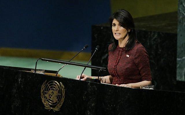 La Embajadora de los Estados Unidos ante las Naciones Unidas, Nikki Haley, se dirige a la Asamblea General antes de la votación sobre Jerusalém, el 21 de diciembre de 2017, en la Sede de las Naciones Unidas en Nueva York. (AFP PHOTO / EDUARDO MUNOZ ALVAREZ)