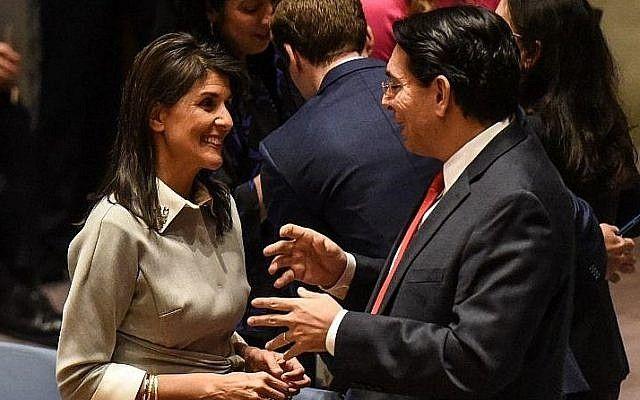La Embajadora de los Estados Unidos ante las Naciones Unidas, Nikki Haley, habla con el Embajador de Israel en las Naciones Unidas, Danny Danon, ante un Consejo de Seguridad de las Naciones Unidas el 8 de diciembre de 2017 en la ciudad de Nueva York. (Stephanie Keith / Getty Images / AFP)