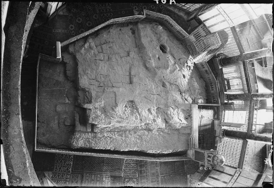 La Piedra del Fundamento en el piso del Santuario de la Cúpula de la Roca en Jerusalém. El agujero redondo penetra a una pequeña cueva, conocida como el Pozo de las Almas, a continuación. La estructura similar a una jaula justo más allá del agujero cubre la entrada de la escalera a la cueva. (Crédito de la foto: Wikipedia)