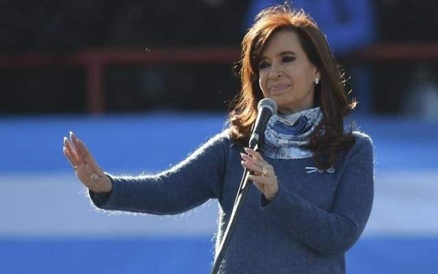 La ex presidenta argentina (2007-2015) Cristina Fernández de Kirchner pronuncia un discurso durante un mitin en Buenos Aires el 20 de junio de 2017 (AFP PHOTO / EITAN ABRAMOVICH)