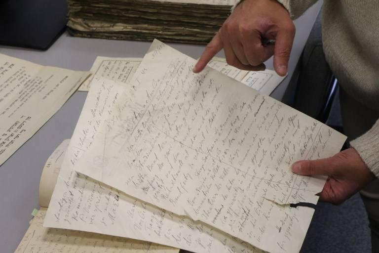 Lara Lempertiene, jefa del Centro de Investigación Judaica, muestra un documento judío redescubierto, que durante mucho tiempo se pensó que había sido destruido durante la Segunda Guerra Mundial, en la biblioteca nacional lituana de Vilnius el 3 de noviembre de 2017. (AFP / Petras Malukas)
