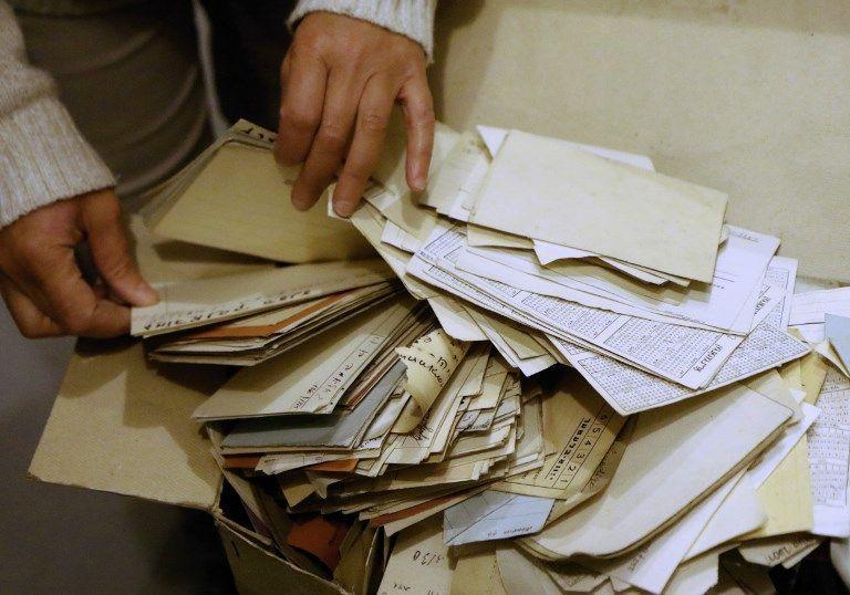 Lara Lempertiene, jefa del Centro de Investigación Judaica, archiva documentos judíos redescubiertos, que durante mucho tiempo se pensó que habían sido destruidos durante la Segunda Guerra Mundial, en la biblioteca nacional lituana de Vilnius el 3 de noviembre de 2017. (AFP / Petras Malukas)