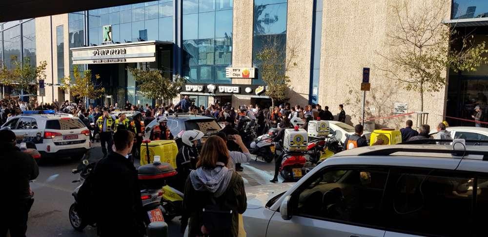 Las ambulancias llegan a la escena de un ataque terrorista en la estación central de autobuses de Jerusalén el 10 de diciembre de 2017. (Magen David Adom)