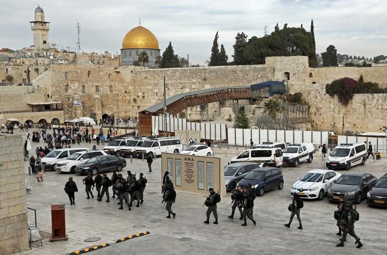 Las fuerzas de la policía de fronteras israelíes patrullan cerca del Muro Occidental el 5 de diciembre de 2017. (AFP / THOMAS COEX)
