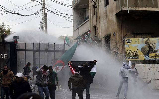 Las fuerzas de seguridad libanesas usan una manguera de agua para dispersar a los manifestantes durante una manifestación frente a la embajada de Estados Unidos en Awkar, en las afueras de la capital libanesa, Beirut, el 10 de diciembre de 2017. (AFP / ANWAR AMRO)