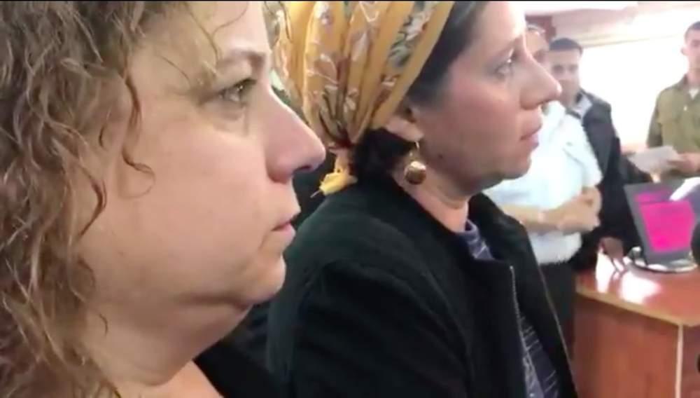 Las hijas sobrevivientes de Yosef Salomon, Orit Marcus (derecha) y Rachel Menzali, se dirigen a los periodistas después de la audiencia de sentencia de Omar al-Abed en el Tribunal Militar de Ofer el 27 de diciembre de 2017. (Captura de pantalla / Twitter)