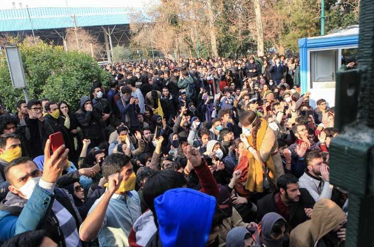 Los estudiantes iraníes protestanen un tercer día de manifestaciones, mostraron videos en las redes sociales, pero fueron superados en número por los contramanifestantes. (AFP PHOTO / STR)