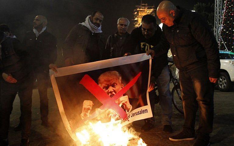 Los manifestantes árabes de la Autoridad Palestina queman fotos del presidente de los Estados Unidos, Donald Trump, en Belén el 5 de diciembre de 2017. (AFP Photo / Musa Al Shaer)