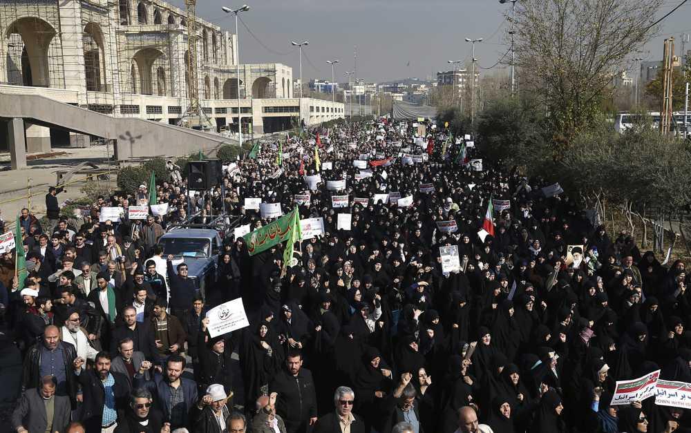Los manifestantes iraníes a favor del régimen corean consignas en una concentración en Teherán, Irán, el sábado 30 de diciembre de 2017. (AP Photo / Ebrahim Noroozi)