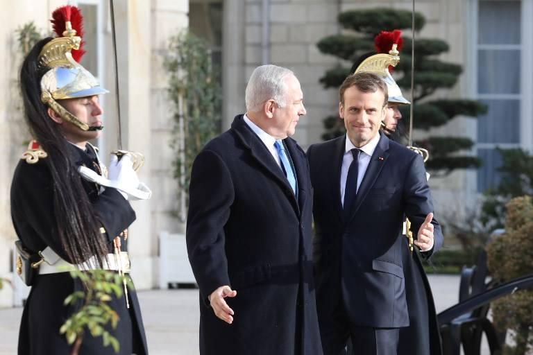 El presidente de Francia, Emmanuel Macron (R), da la bienvenida al primer ministro israelí, Benjamin Netanyahu, a su llegada al Palacio del Elíseo el 10 de diciembre de 2017 en París. / AFP PHOTO / ludovic MARIN