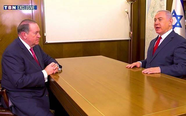 Mike Huckabee (L) entrevista al Primer Ministro Benjamin Netanyahu en la PMO en un clip emitido el 29 de diciembre de 2017. (Captura de pantalla / YouTube)
