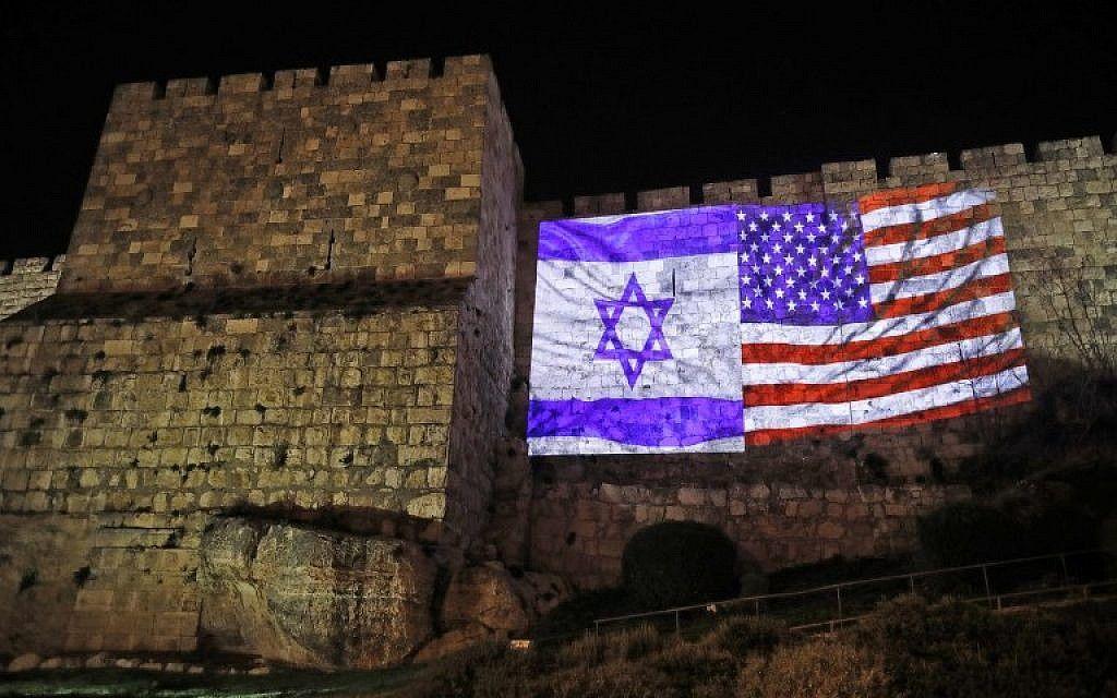 Las murallas de la Ciudad Vieja vieron proyectadas las banderas de Estados Unidos y de Israel, el 06 de diciembre de 2017, durante el discurso de Trump reconociendo a Jerusalém como la capital del Estado de Israel.