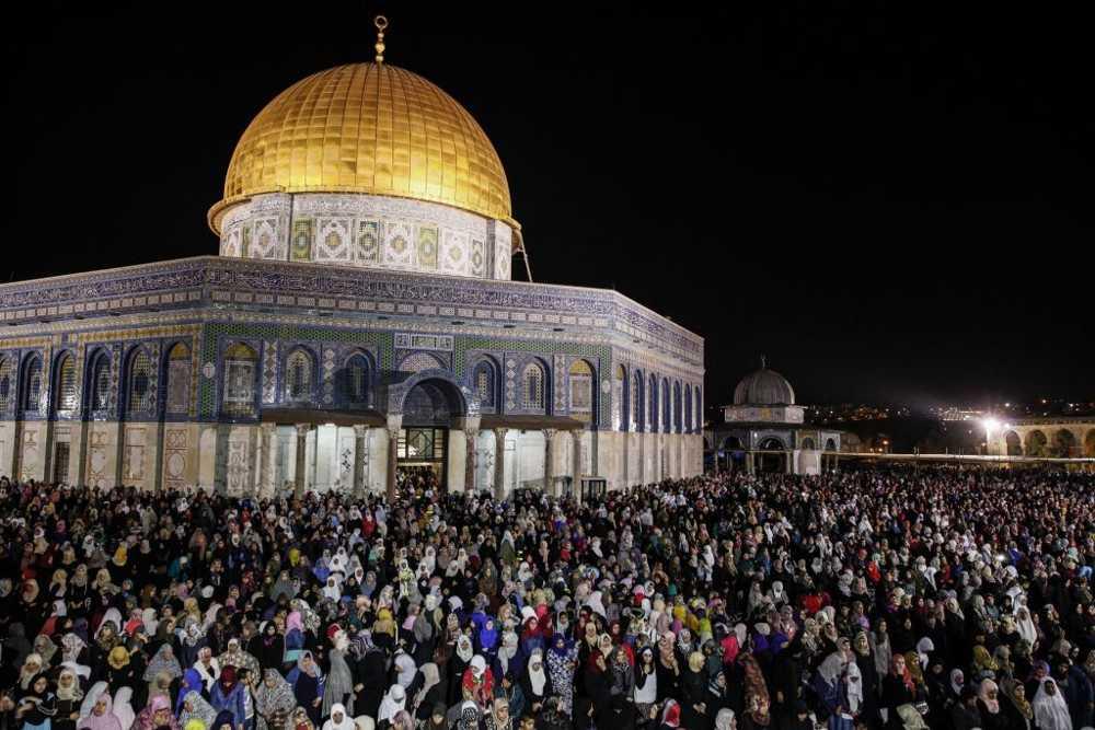 Cientos de miles de musulmanes rezan en la mezquita de al-Aqsa en la noche de al-Qadr, frente a la Cúpula de la Roca en el Monte del Templo en el Antiguo Jerusalén Ciudad, julio, 1, 2016. (Suliman Khader / Flash 90)