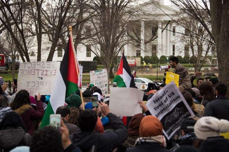 Musulmanes rezan con altavoces frente a la Casa Blanca el 8 de diciembre de 2017 en Washington, DC, en una protesta por la declaración del presidente estadounidense Donald Trump de que Jerusalén es la capital de Israel. (AFP PHOTO / Mamri Matsuri)