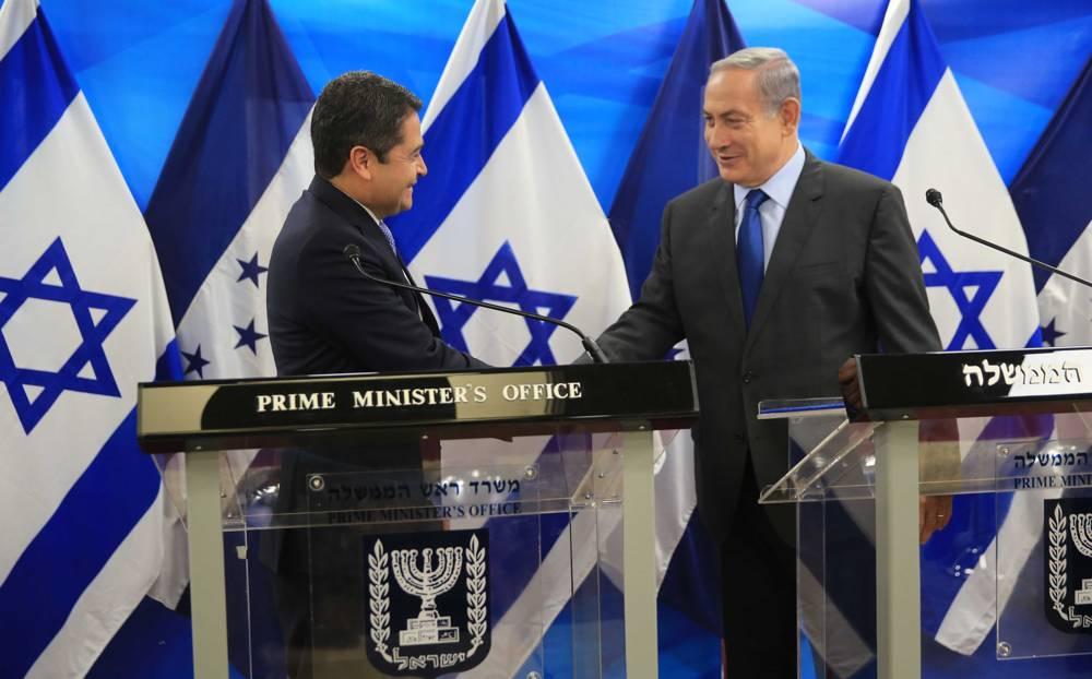 El primer ministro Benjamin Netanyahu, a la izquierda, se reúne con el presidente hondureño Juan Orlando Hernández en Jerusalén el 29 de octubre de 2015. (Kobi Gideon / GPO)