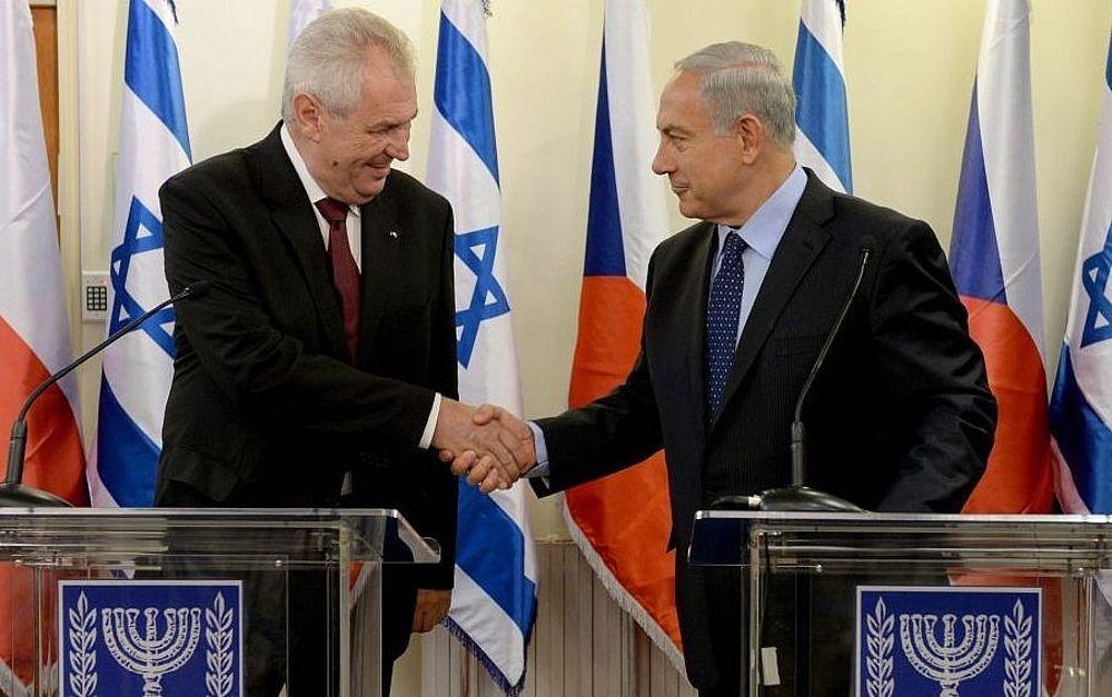 El Primer Ministro Benjamin Netanyahu (R) estrecha la mano del Presidente checo Milos Zeman en la Oficina del Primer Ministro en Jerusalém el 7 de octubre de 2013. (Kobi Gideon / GPO / Flash 90)