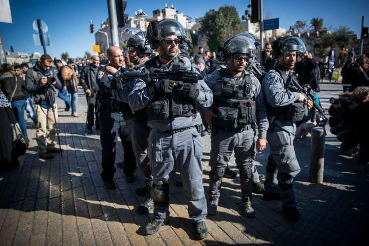 Oficiales de la policía israelí vigilan durante una protesta en la Puerta de Damasco en la Ciudad Vieja de Jerusalém el 8 de diciembre de 2017. (Yonatan Sindel / Flash 90)